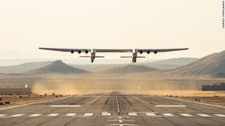 世界最大飞机首飞成功