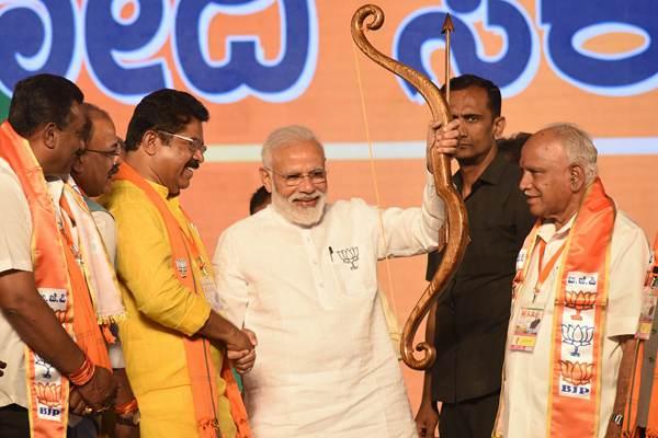 印总理莫迪出席集会继续为大选造势 获赠弓箭喜笑颜开