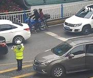 女警抱婴儿指挥交通?