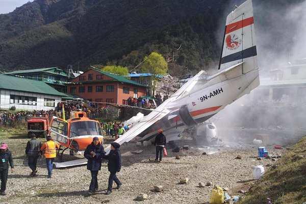 尼泊尔一小型飞机起飞时误撞直升机致3人死亡