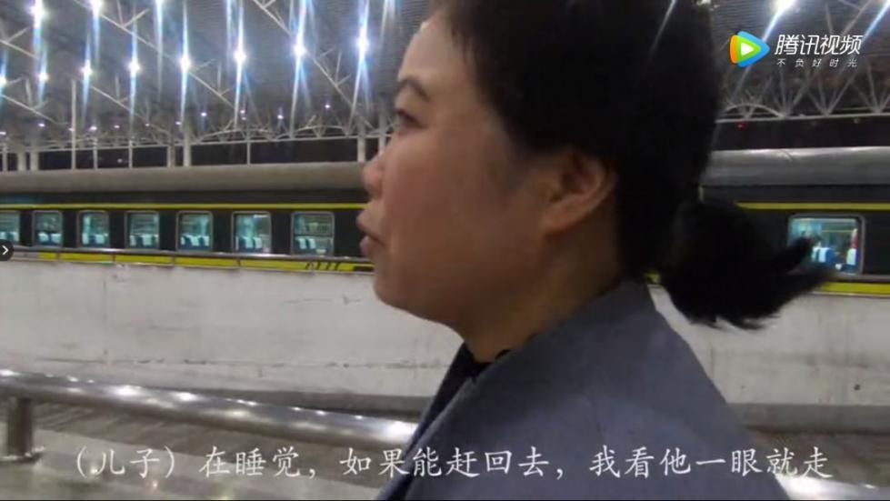 泪目!列车仅停靠半小时,母亲狂奔一公里见武警儿子