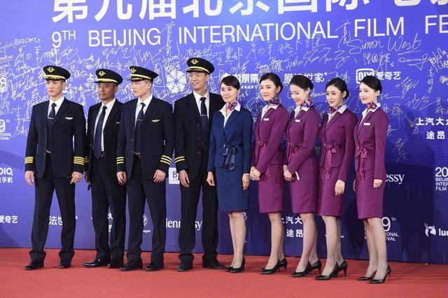 中国机长五美同框,李沁张天爱小细节显真友情,张翰公司小花抢眼