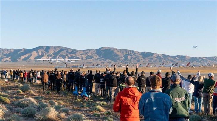 世界最大飞机完成首次飞行:将用于发射火箭