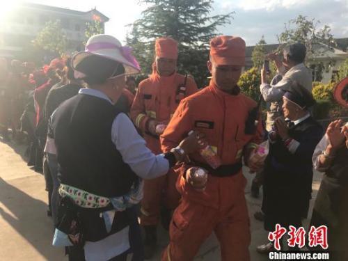 大理鹤庆山火扑灭后 当地民众为森林消防员送上锦旗