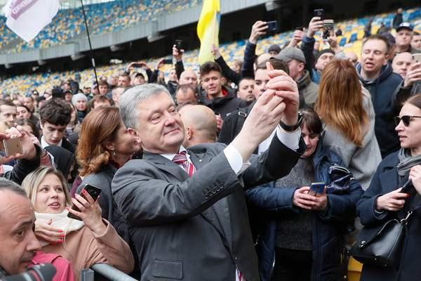 乌克兰总统波罗申科参加总统大选辩论 与支持者开心玩自拍