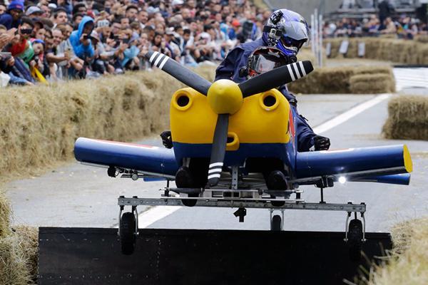 巴西圣保罗举办肥皂盒汽车大赛 奇葩赛车搞笑竞速嗨爆了