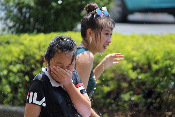 云南瑞丽街头全民泼水狂欢