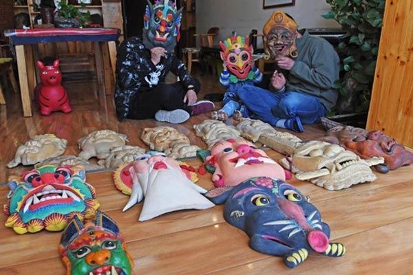 甘肃民间艺人17年间制作2000多张傩面具