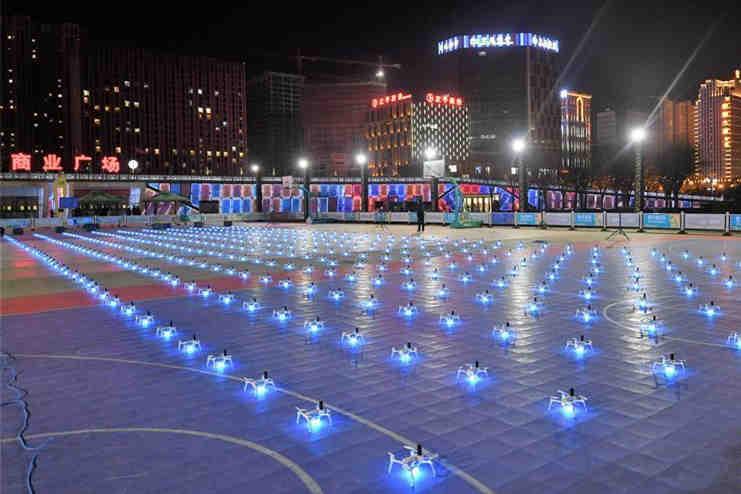西宁400台无人机上演灯光秀