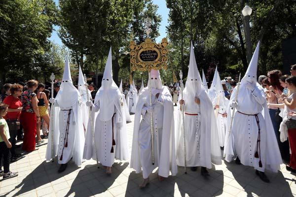西班牙举行复活节前圣周游行 忏悔者穿长袍戴蒙面高帽参加
