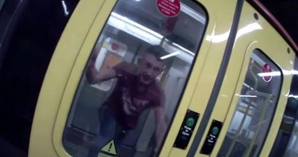 英过激男子地铁站踢撞车门试图袭警被当场制服
