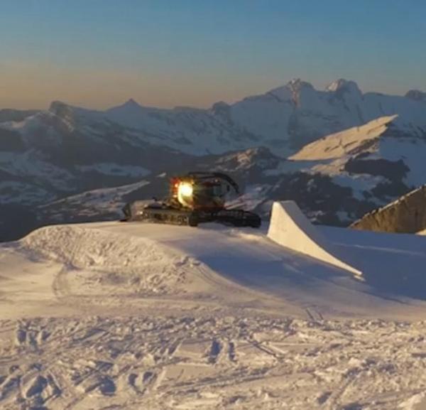 法男子借助雪坡做惊险飞跃动作差点被雪犁车撞