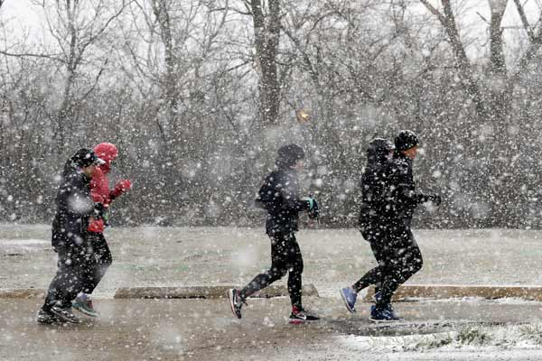 芝加哥四月迎风雪天气 大雪纷飞交通受阻