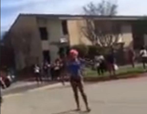 美国一名变性女子光天化日遭一群男子当街暴打