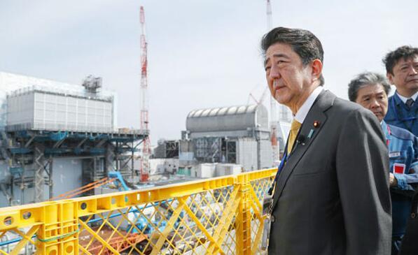 安倍视察东京电力福岛第一核电站,但没穿防护