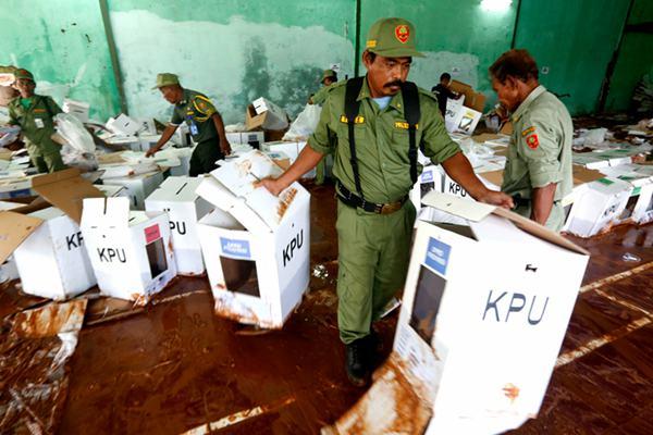 暴雨袭击印尼茂物引发泥石流 数百个投票箱被损毁