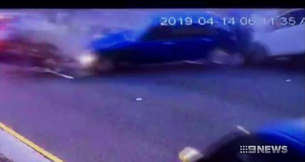 澳一车辆起火后车主昏迷不醒幸获路人冒火搭救