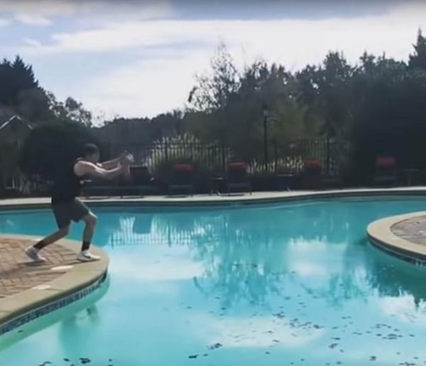 炫技!一男子前空翻越过泳池展现惊人运动天赋