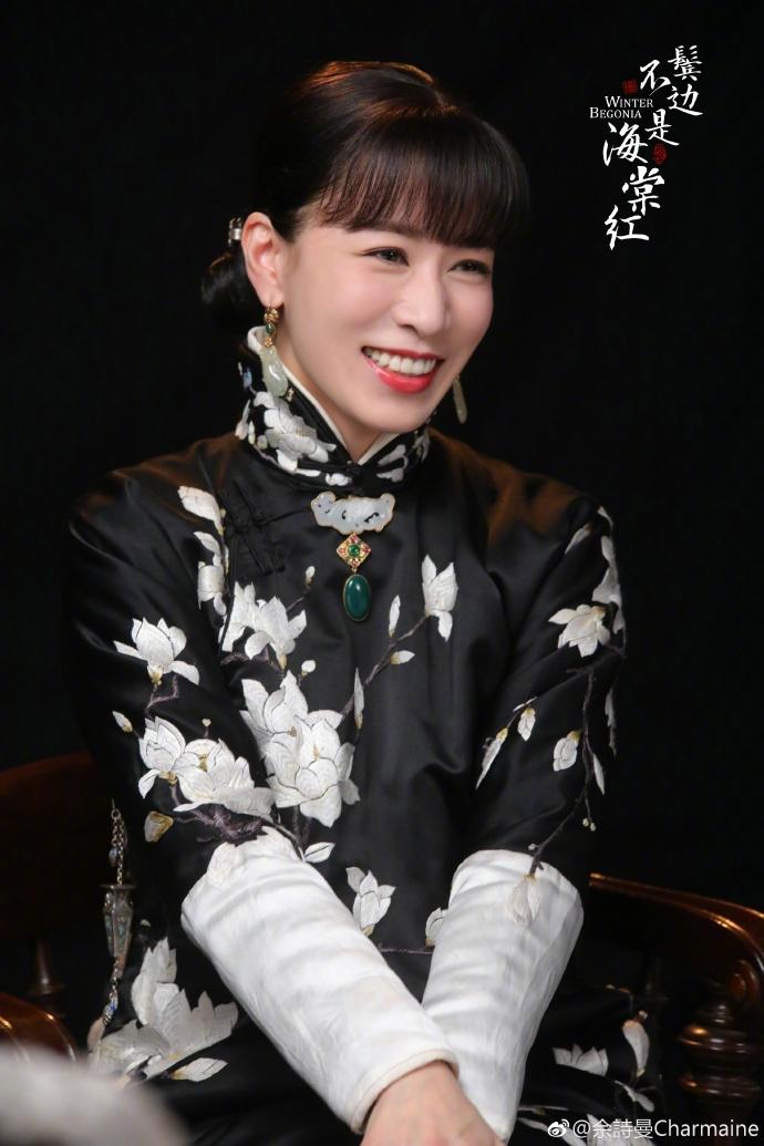 佘诗曼刺绣旗袍配红唇出镜 新剧造型温柔又娴静