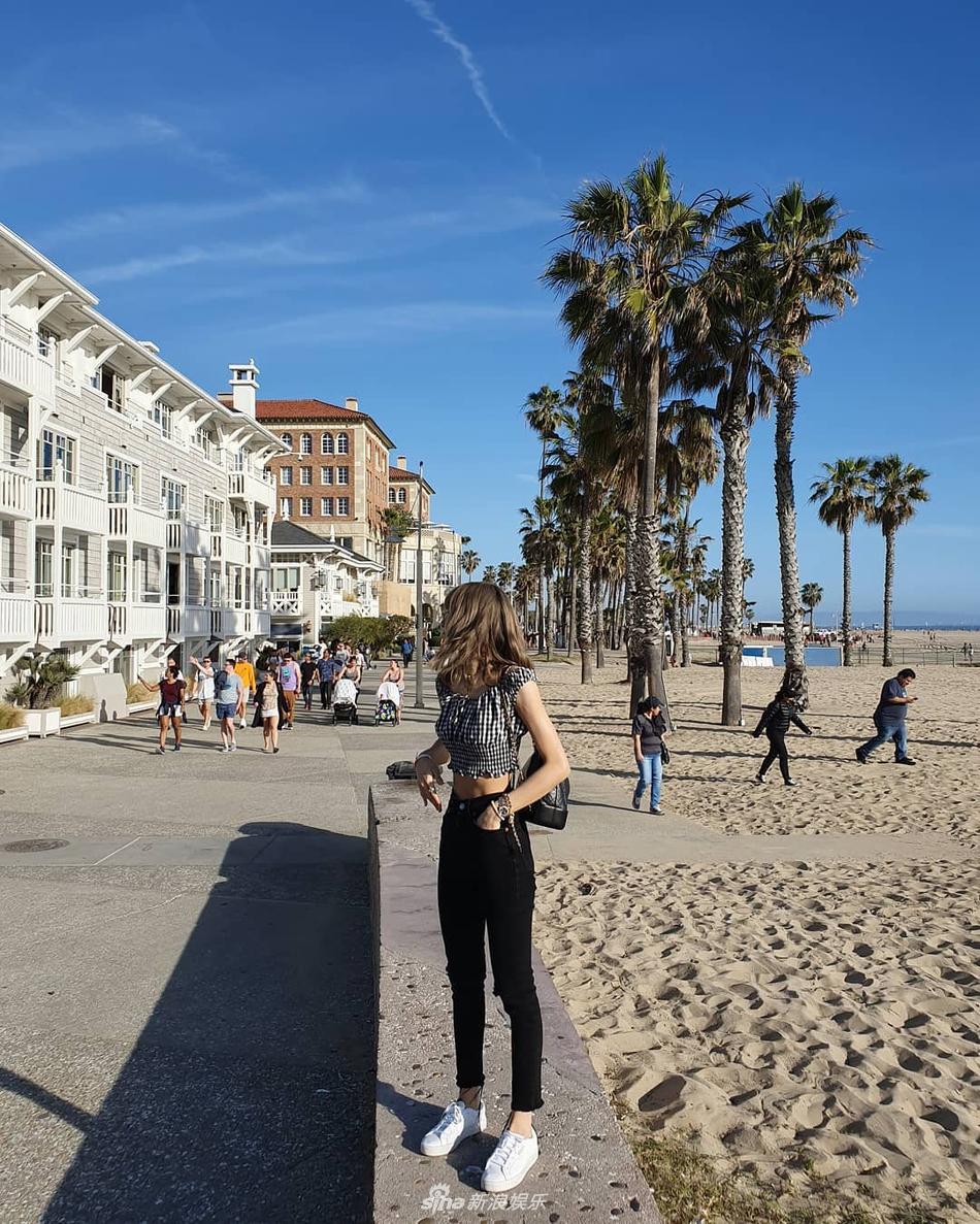 Lisa穿露脐装漫步沙滩 秀蜂腰长腿极品身材
