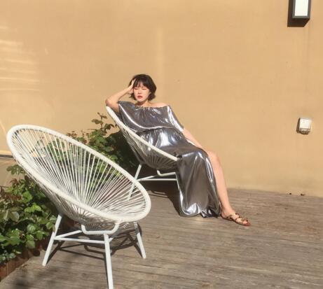 李艾晒孕妇写真照 身穿银色长裙气色超好