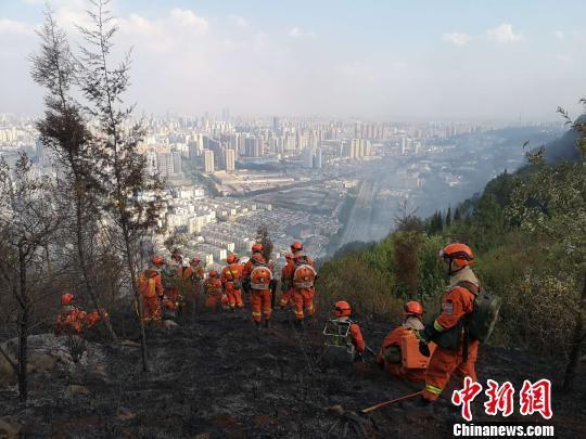昆明城郊山火明火已扑灭 起火原因仍在调查
