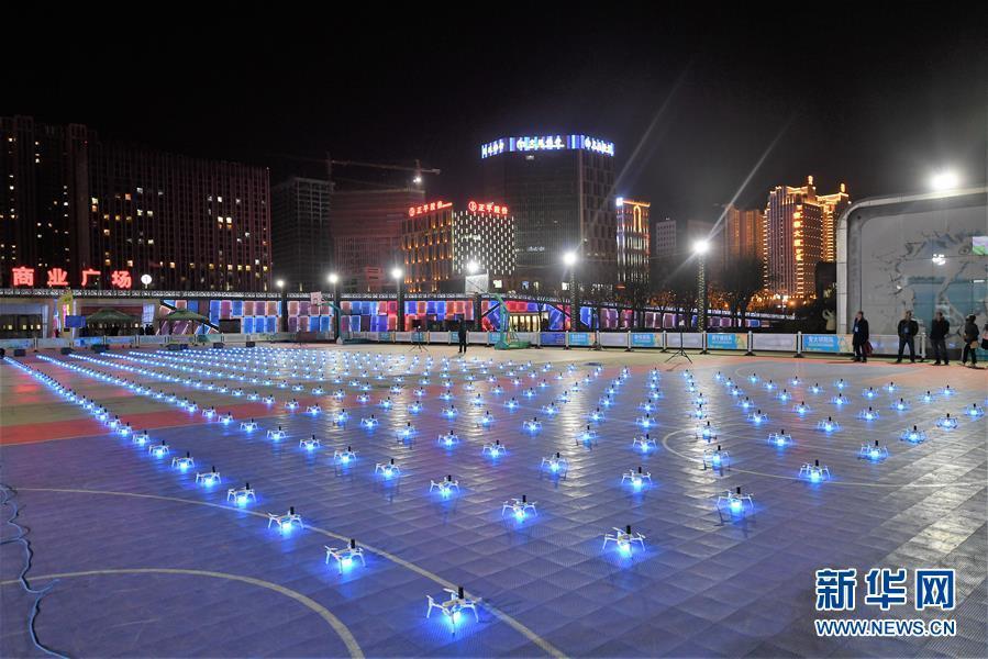 西宁:400台无人机上演灯光秀