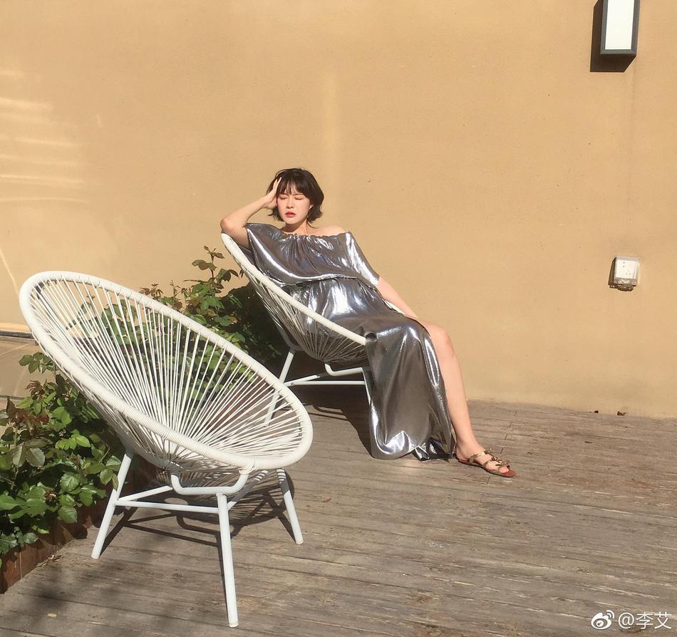 李艾挺大肚拍慵懒孕妇照 自曝胖20斤狂长白发