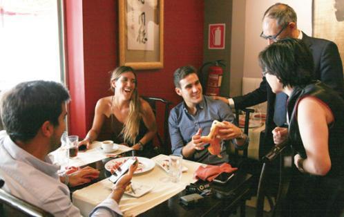 中国侨网西班牙中餐厅老板娘为就餐的顾客讲解中餐文化。(图片来源:欧洲时报实习记者邵依妮 摄)