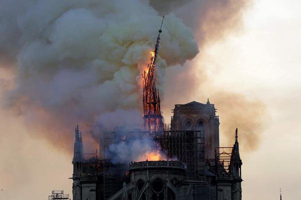 巴黎圣母院发生严重火灾塔尖倒塌 马克龙已赶往现场
