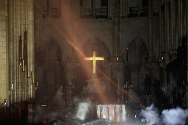 """巴黎圣母院主体结构被""""拯救""""  内部受损严重令人痛心"""
