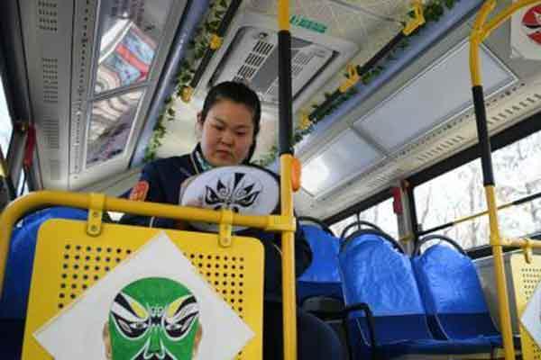 """长春公交车驾驶员手绘京剧脸谱打造""""国粹""""主题车厢"""
