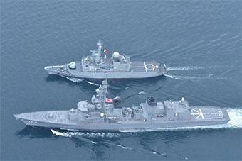 日法联合海上演习 法军舰在日舰旁仿佛袖珍玩具