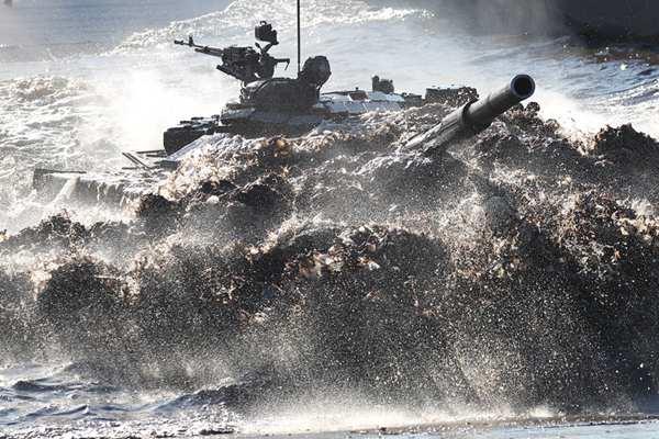 """俄罗斯""""2019-坦克两项""""比赛地区赛举行 场面激烈"""