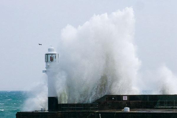 英国彭赞斯遭遇风暴天气 巨浪滔天吞噬灯塔