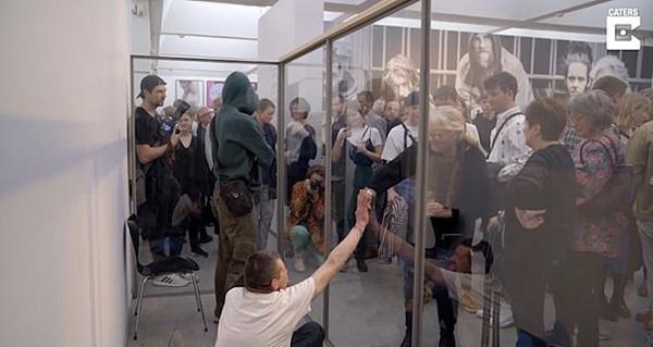丹麦艺术展现流浪汉玻璃展位呼吁关注弱势群体