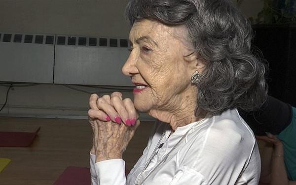 纽约一百岁老太不服老精神矍铄坚持教授瑜伽