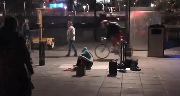 尴尬!澳街头艺人被醉汉踢爆充气服致演出终止