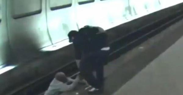 美地铁站三位好心人帮助掉下铁轨盲人成功脱险