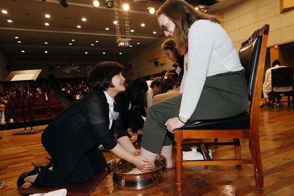 韩国大学举行洗足仪式迎接复活节 教授跪地为留学生洗脚
