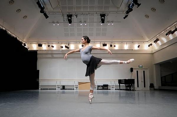 美!英母亲用芭蕾舞转圈动作记录怀胎十月历程