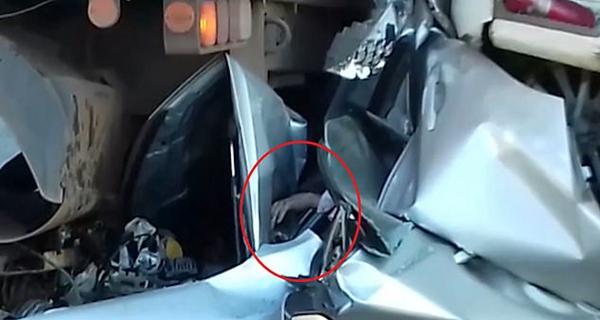 巴西男子开车遇连环追尾被两卡车挤扁奇迹生还