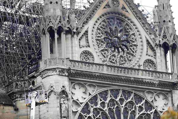 巴黎圣母院大火已完全被扑灭 玫瑰花窗遭损毁