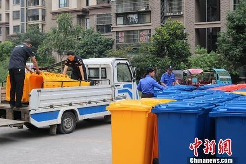 """上海推行""""定时定点""""扔垃圾 撤桶后居民带垃圾上班"""