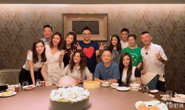 舒淇与杨谨华等好友聚餐庆生 众人喜气洋洋