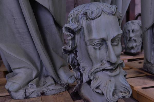 巴黎圣母院遭大火 尖顶雕像因取下修缮躲过一劫