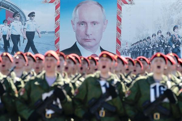 俄联邦国民警卫队士兵为胜利日阅兵做准备