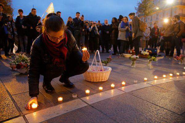法国民众点烛守夜 哀悼遭火灾破坏的巴黎圣母院