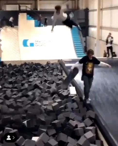 危险!英滑板男孩空中失衡 着陆恰巧撞倒他人