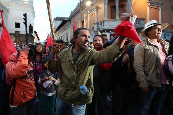 厄瓜多尔民众举行示威声援阿桑奇 与警察激烈冲突